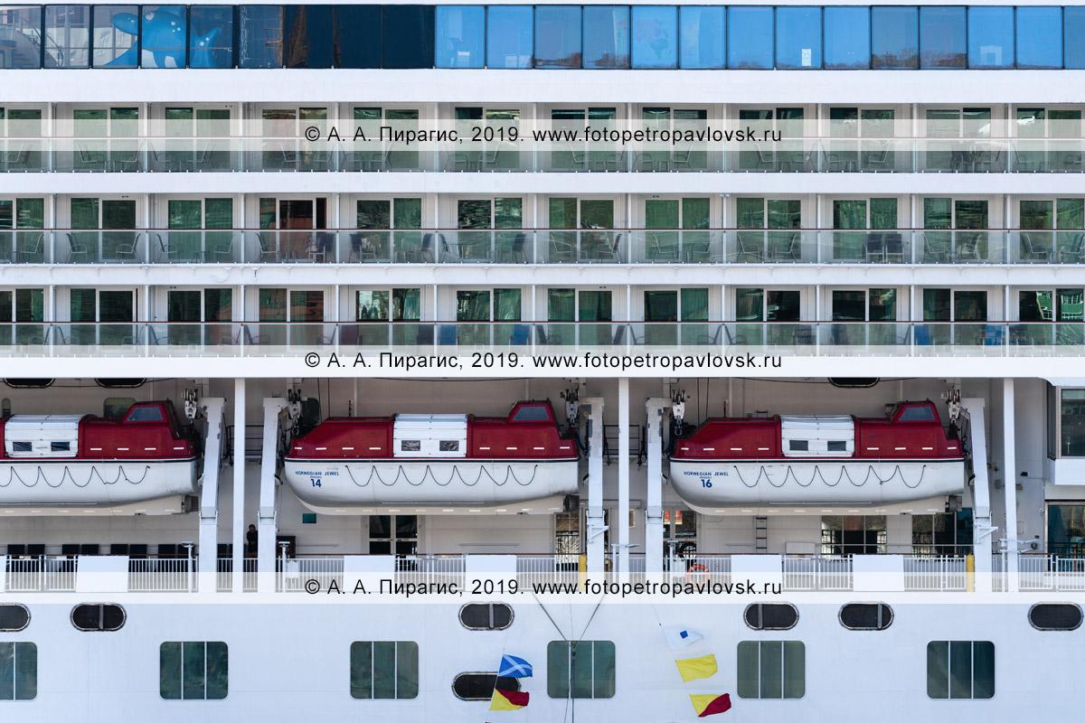 Фотография: экстерьер круизного лайнера, вид на борт круизного судна Norwegian Jewel со спасательными шлюпками