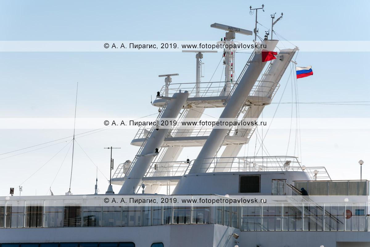 Фотография: экстерьер круизного судна Norwegian Jewel, вид на верхние палубы, надстройки круизного лайнера с антеннами связи и навигации