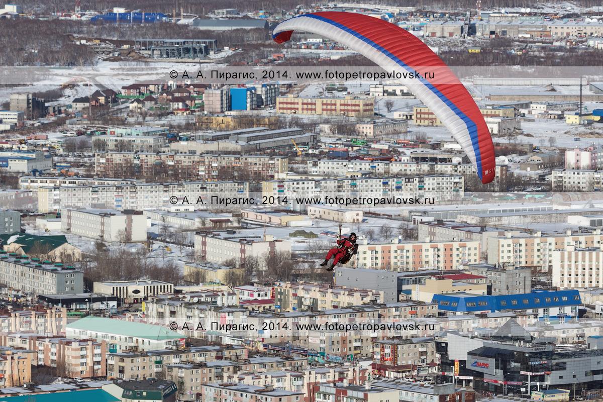 Фотография: полет параплана над городом Петропавловском-Камчатским. Камчатский край