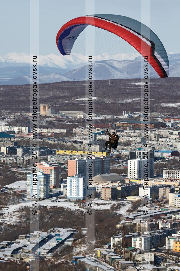 Фотография: захватывающий полет на параплане над Петропавловском-Камчатским — столицей Камчатского края