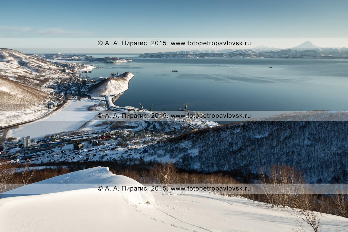 Фотография (панорама): вид на Авачинскую губу (Авачинская бухта) и город Петропавловск-Камчатский (центральная и южная часть). Камчатский край