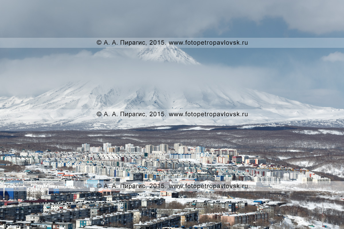 Зимний вид на город Петропавловск-Камчатский и вулкан Корякская сопка (Корякский вулкан) на Камчатке