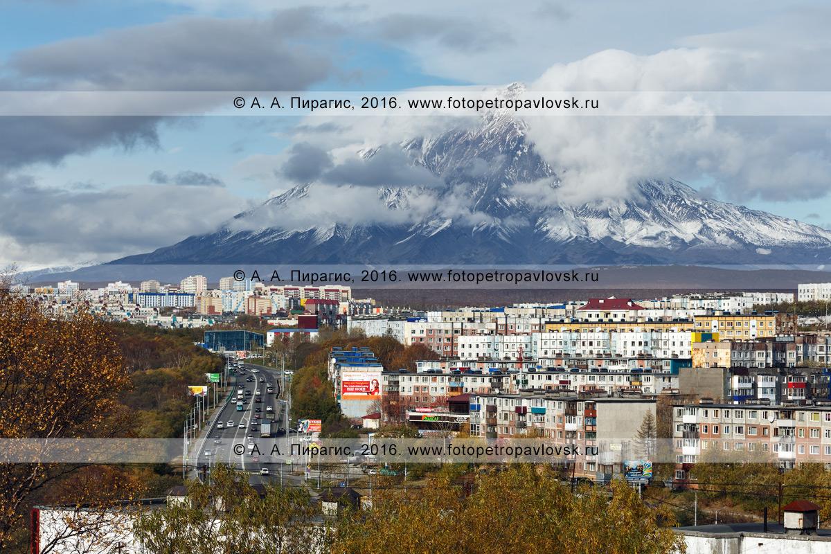Фотография: город Петропавловск-Камчатский на фоне Корякского вулкана — действующего вулкана полуострова Камчатка