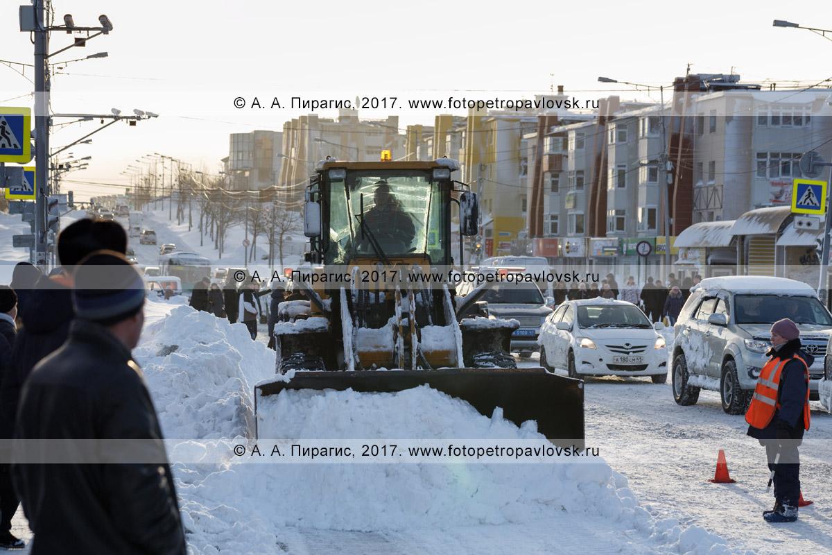 Фотография: зимний городской пейзаж — колесный погрузчик чистит главную автодорогу после пурги (метели). Камчатский край, город Петропавловск-Камчатский