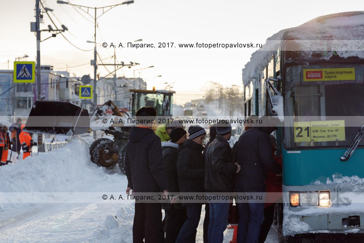 Фотография: Петропавловск-Камчатский утренний зимний городской пейзаж — пассажиры садятся в общественный транспорт — автобус маршрута № 21