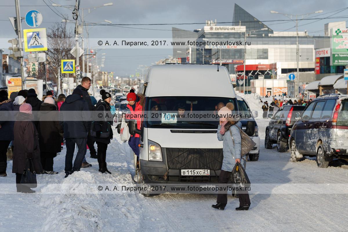 Фотография: утренний зимний дорожный пейзаж Петропавловска-Камчатского после снежного циклона — высадка / посадка пассажиров на главной городской дороге в междугородний микроавтобус маршрута № 104.