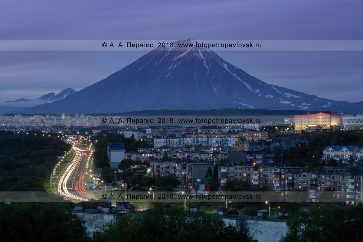Фотография: ночной вид на город Петропавловск-Камчатский на фоне Корякского вулкана