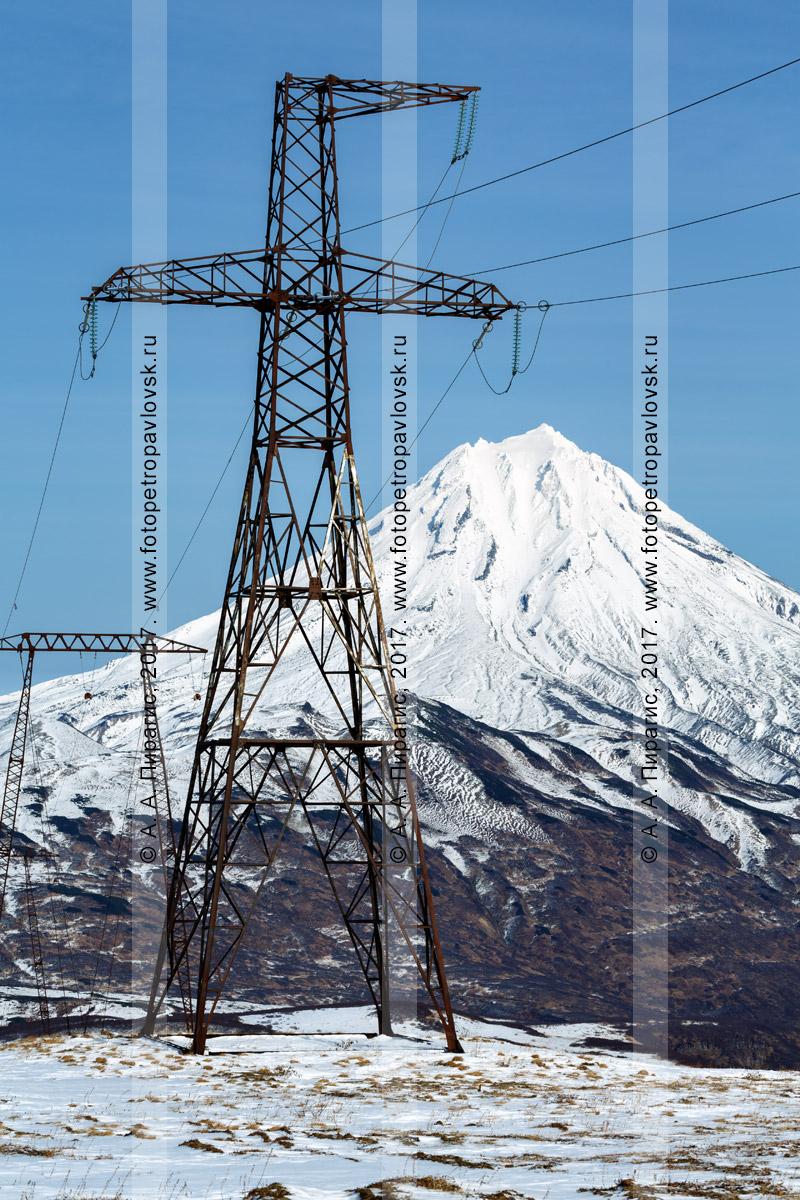 Фотография: высоковольтная линия электропередачи Мутновская ГеоЭС — Центральный энергоузел Камчатского края на фоне вулкана Вилючинская сопка