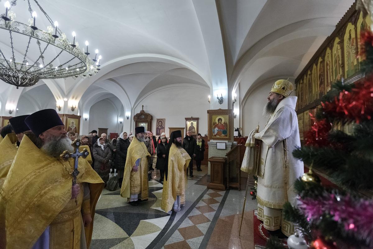 Новогодний молебен в кафедральном соборе Святой Живоначальной Троицы в городе Петропавловске-Камчатском