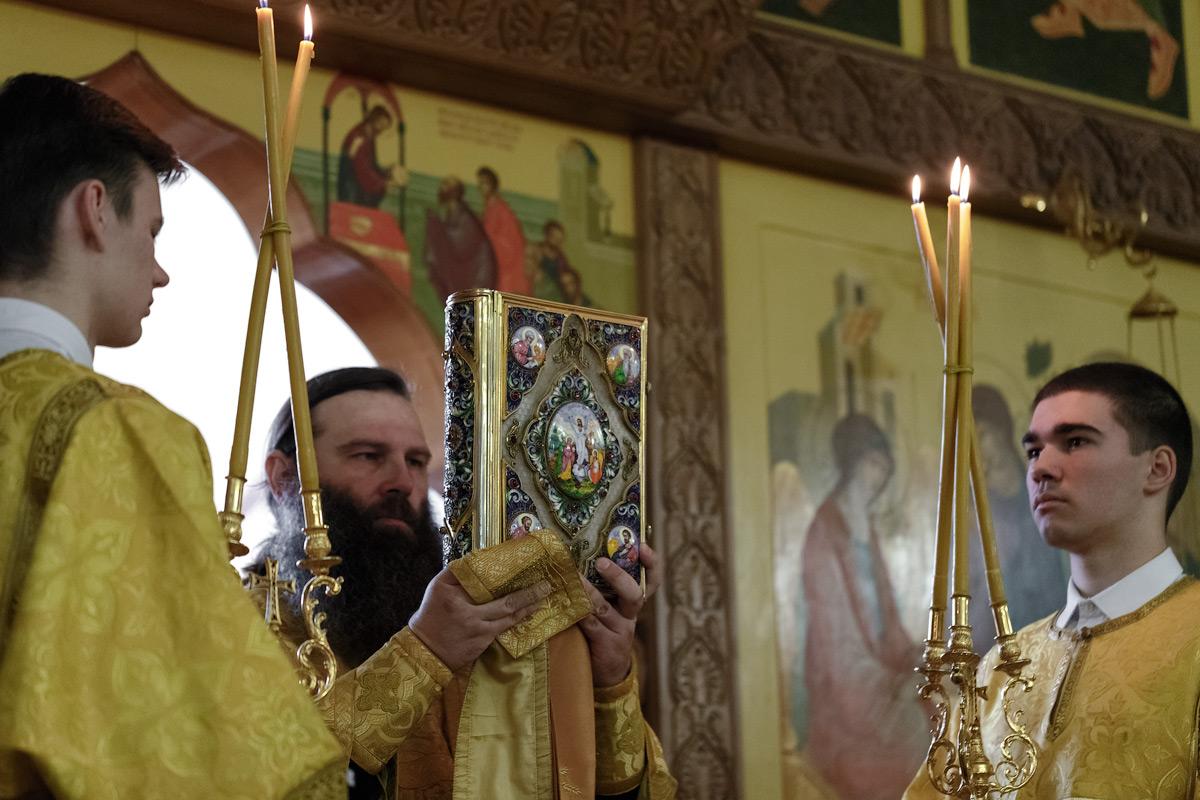 Святое Евангелие, новогодний молебен в кафедральном соборе Святой Живоначальной Троицы в городе Петропавловске-Камчатском