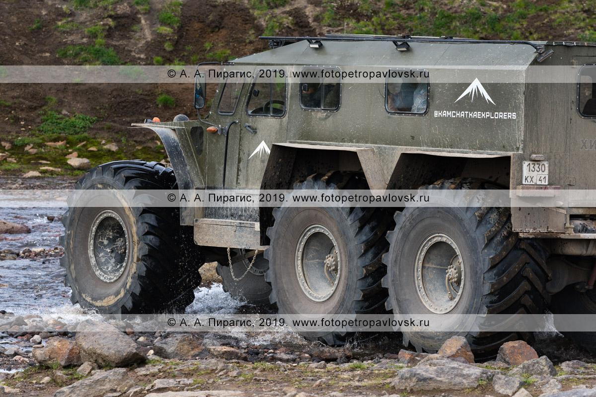Фотография: вездеход «Хищник» передвигается в горной местности на полуострове Камчатка с пассажирами на борту — путешественниками и туристами