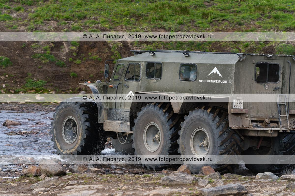 Фотография: вездеход «Хищник» едет в горной местности на полуострове Камчатка