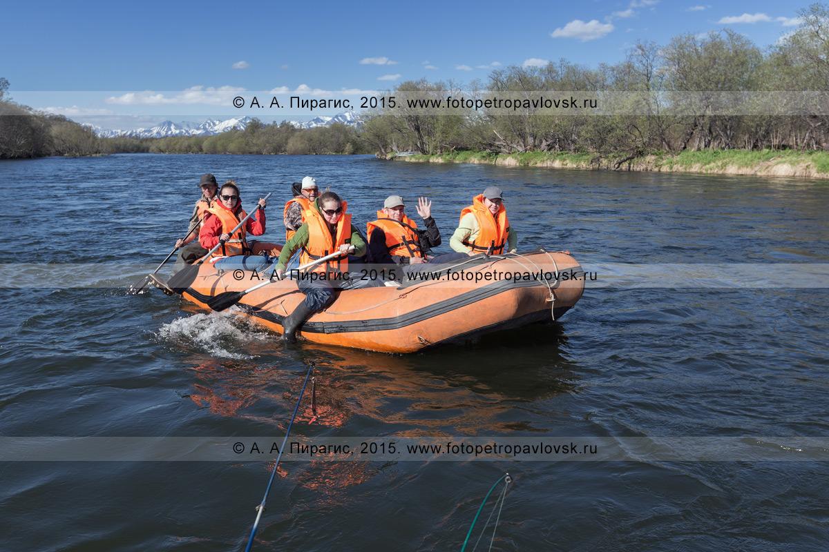 Фотография: туристы и путешественники сплавляются на рафте по реке Быстрой (Малкинская) на Камчатке в солнечный день. Водный туризм на Камчатке