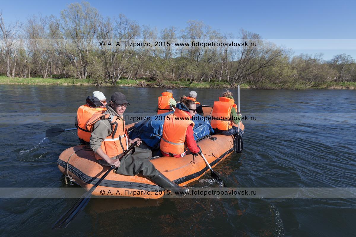 Фотография: водный туризм на полуострове Камчатка — туристы и путешественники сплавляются на рафте по реке Быстрой (Малкинская)