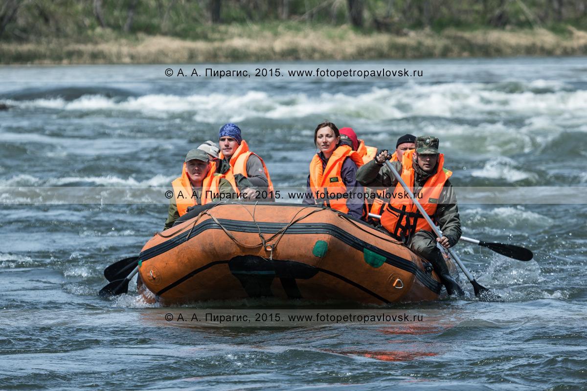 Фотография: камчатский водный туризм — путешественники и туристы сплавляются на рафте по реке Быстрой (Малкинская)