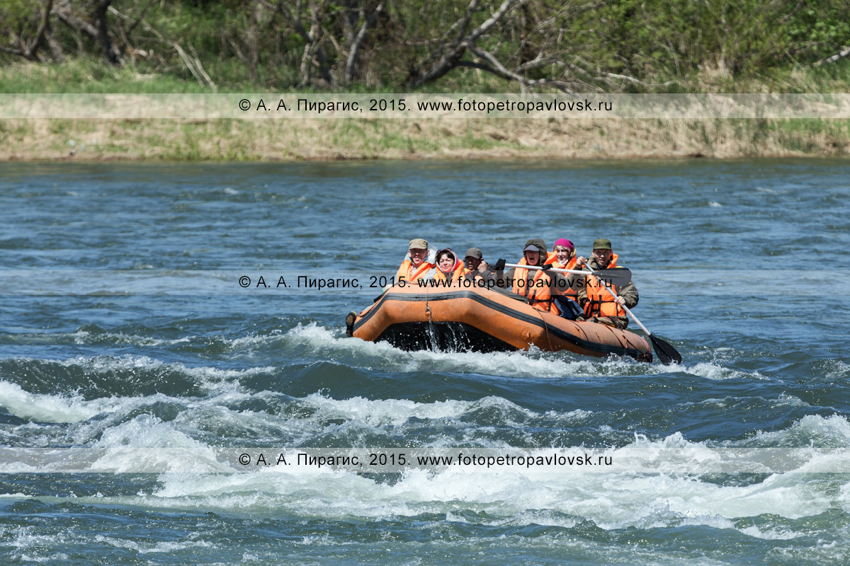 Фотография: активный отдых в Камчатском крае — туристы и путешественники сплавляются на рафте по реке Быстрой (Малкинская)