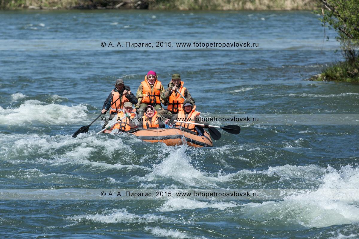 Фотография: водный туризм — камчатские туристы и путешественники сплавляются на рафте по реке Быстрой (Малкинская)