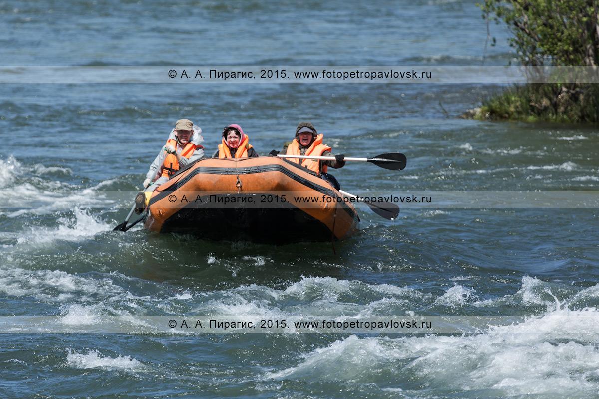 Фотография: активный отдых на Камчатке — камчатские туристы и путешественники сплавляются на рафте по реке Быстрой (Малкинская)