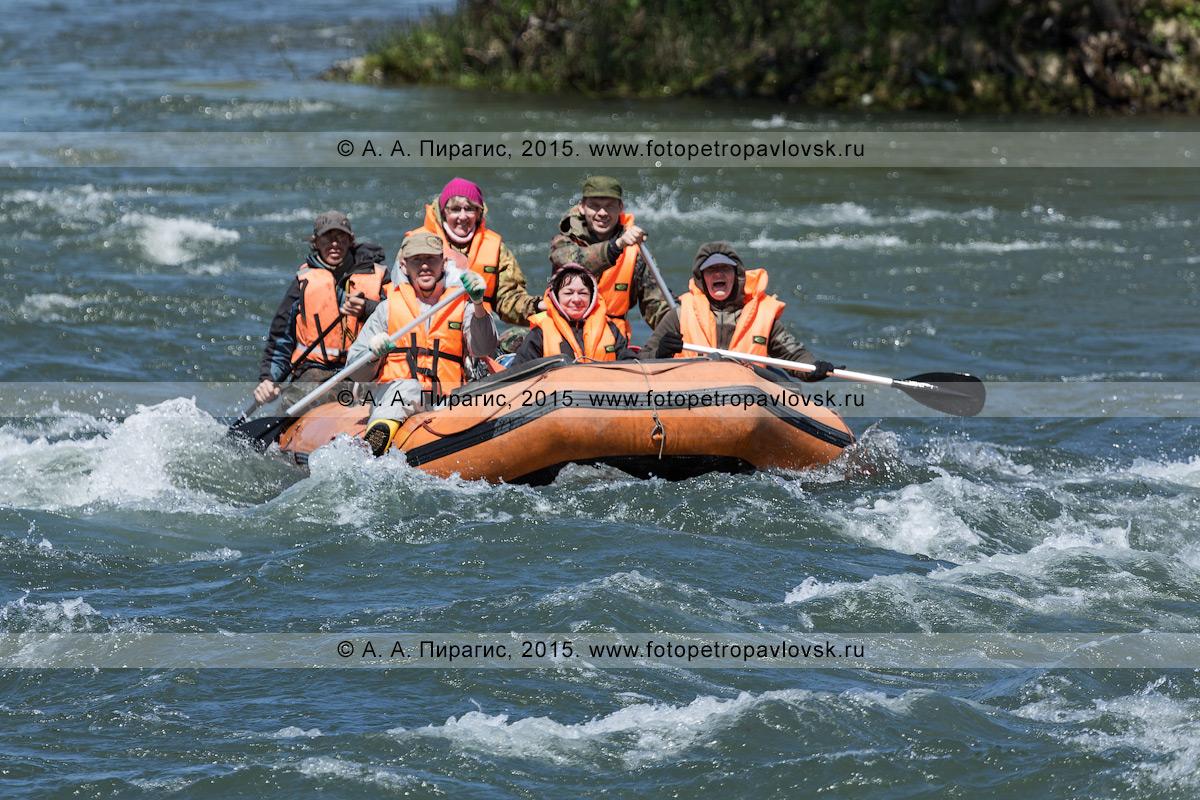 Фотография: активный отдых в Камчатском крае — радостные туристы и путешественники сплавляются на рафте по реке Быстрой (Малкинская)