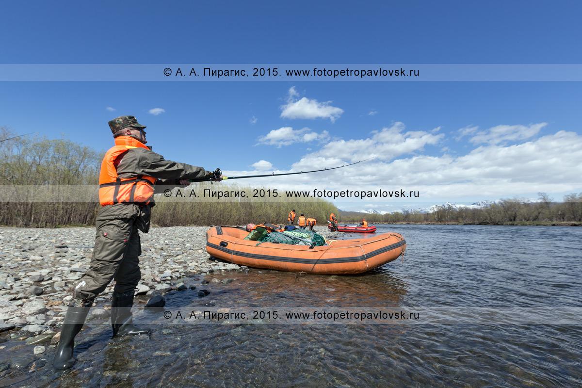 Фотография: рыбак ловит рыбу в реке Быстрой на Камчатке