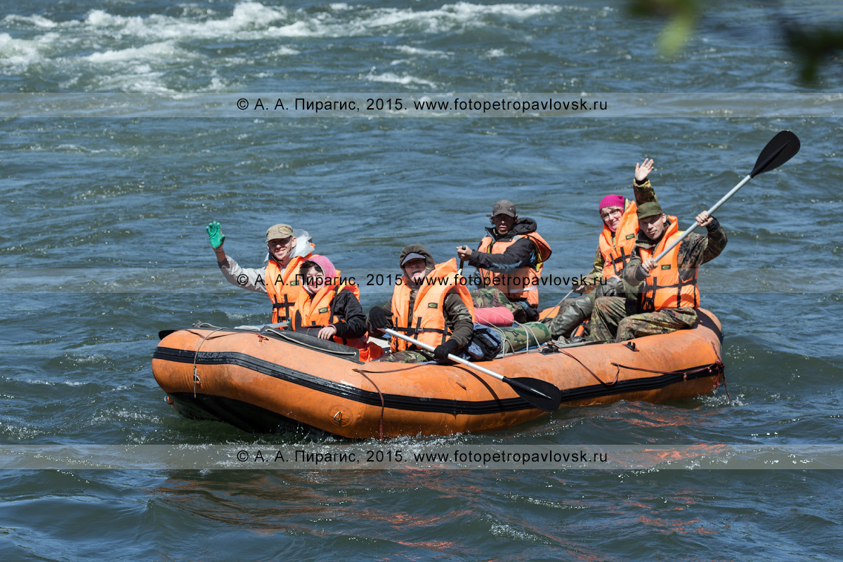 Фотография: водный туризм на Камчатке, путешественники и туристы сплавляются на рафте по горной реке Быстрой (Малкинская)