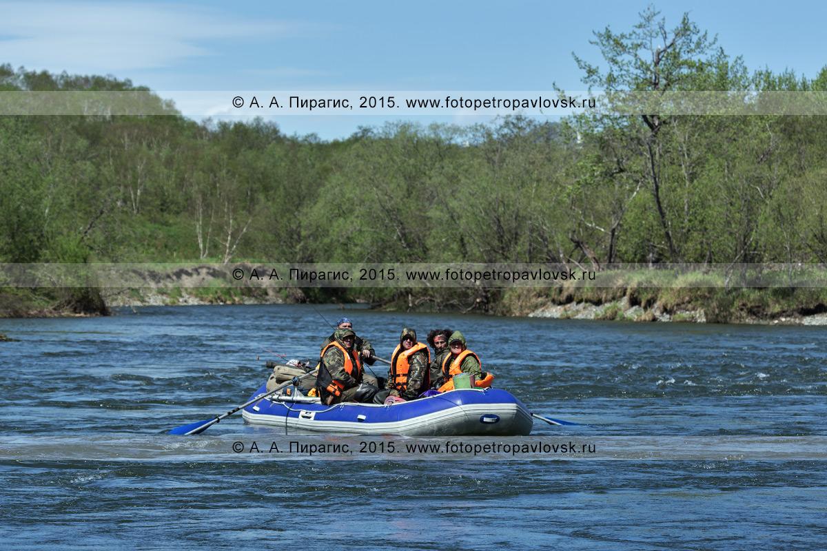 Фотография: водный туризм на полуострове Камчатка, путешественники и туристы сплавляются на рафте по горной реке Быстрой (Малкинская)