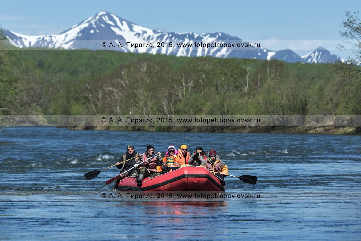 Фотография: туристы и путешественники сплавляются на рафте по горной реке Быстрой (Малкинская). Водный туризм на Камчатке