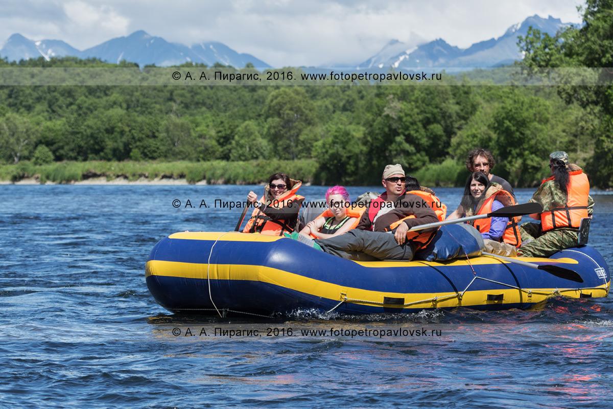 Фотография: туристы и путешественники сплавляются на рафте по камчатской реке Быстрая (Малкинская) в солнечную погоду