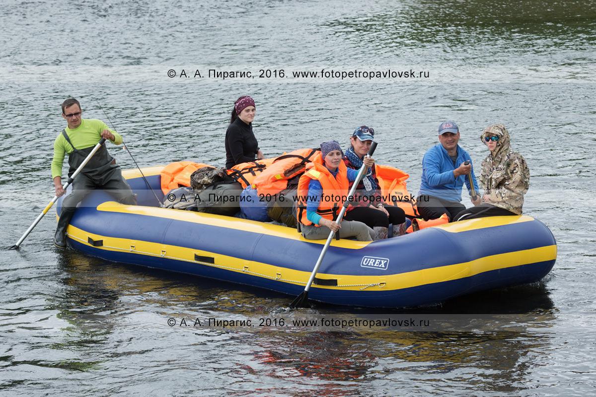 Фотография: туристы и путешественники сплавляются на рафте по камчатской реке Быстрая (Малкинская) в пасмурную погоду