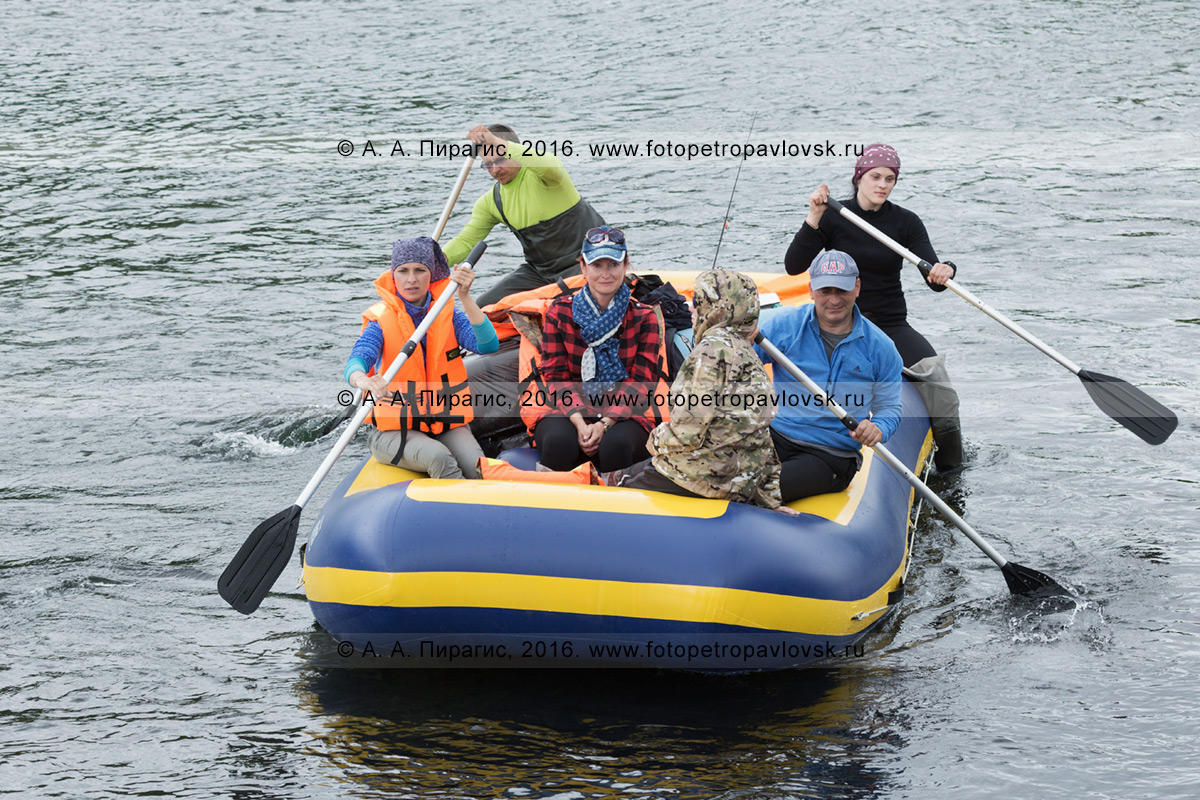 Фотография: путешественники и туристы сплавляются на рафте по реке Быстрой (Малкинская) на полуострове Камчатка в хмурую, пасмурную погоду