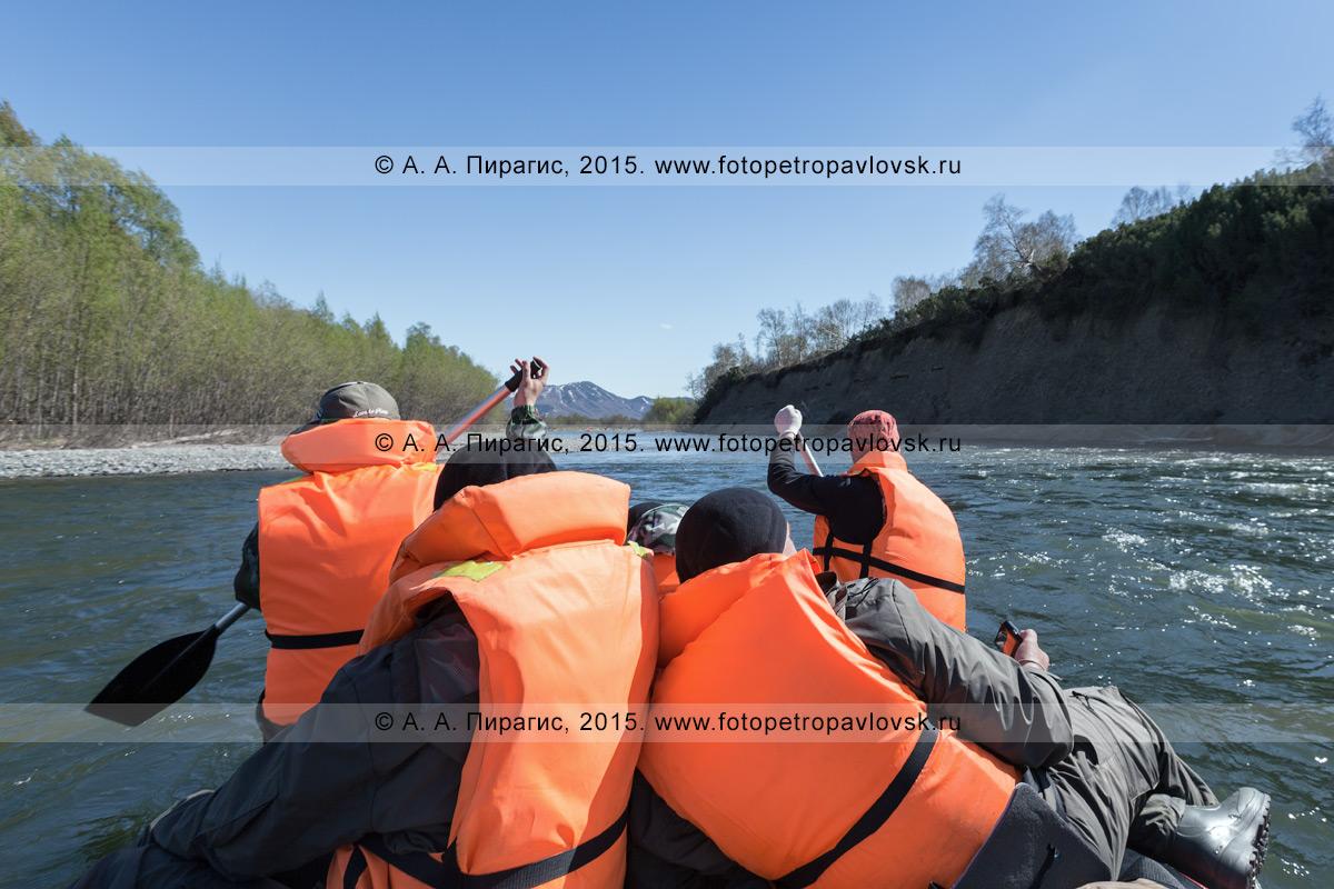 Фотография: водный туризм на Камчатке — группа туристов и путешественников сплавляется на рафте по реке Быстрой (Малкинская).