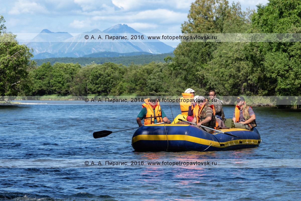 Фотография: туристы и путешественники сплавляются на рафте по реке Быстрой Малкинской, любуясь красивыми летними ландшафтами, дикой природой полуострова Камчатка