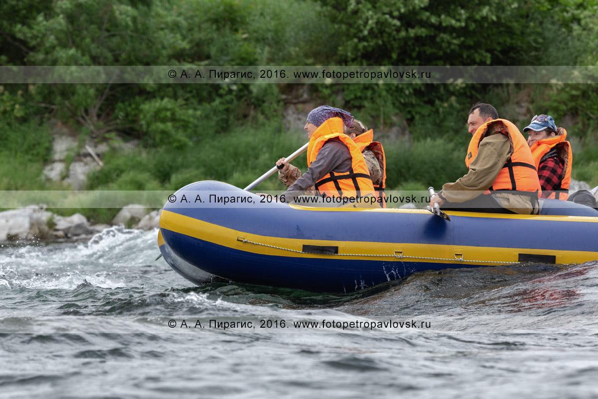 Фотография: летний сплав на рафте в пасмурную погоду по горной реке Быстрой Малкинской на Камчатке