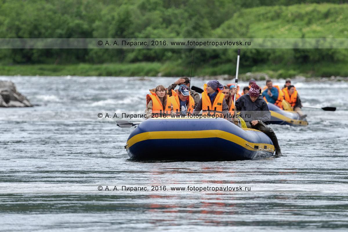 Фотография: водный туризм в Камчатском крае — туристы и путешественники неспешно сплавляются на рафтах по гороной реке Быстрой Малкинской на Камчатке, любуясь великолепной дикой камчатской природой