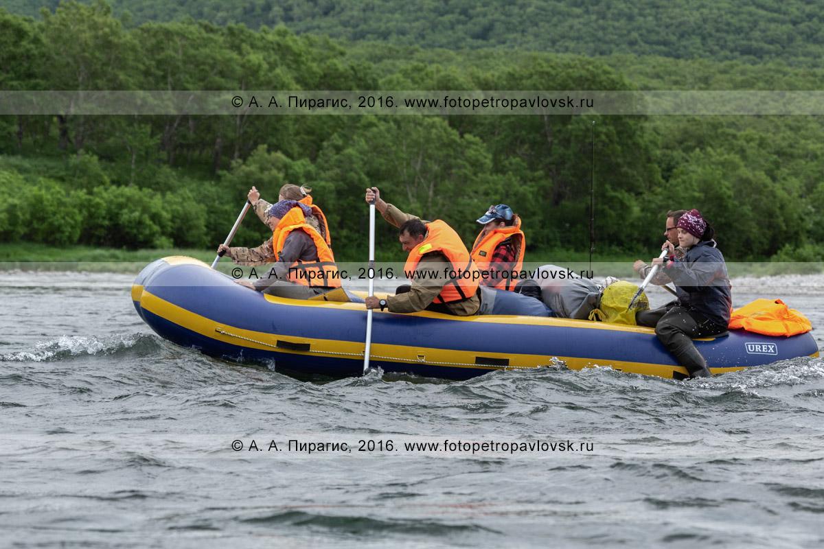 Фотография: туристы и путешественники сплавляются на рафте по горной реке Быстрой Малкинской в Камчатском крае