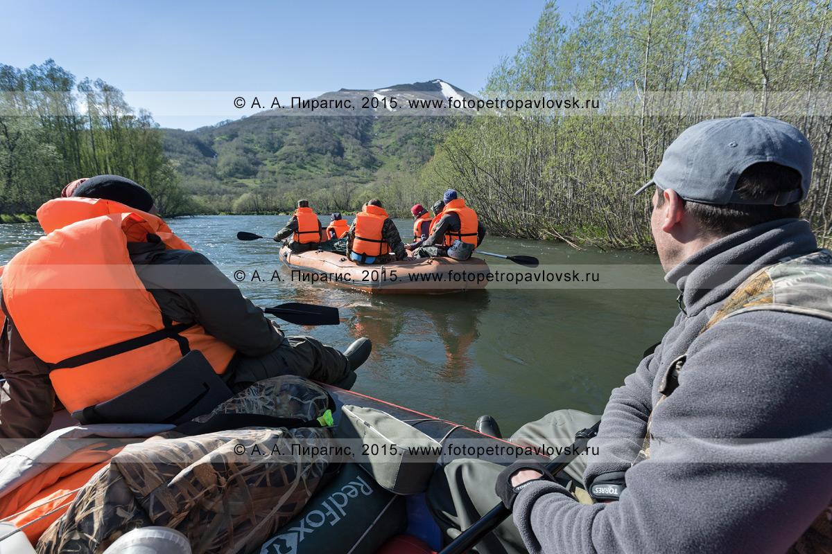 Фотография: туристы и путешественники сплавляются на рафте по реке Быстрой (Малкинская). Водный туризм в Камчатском крае