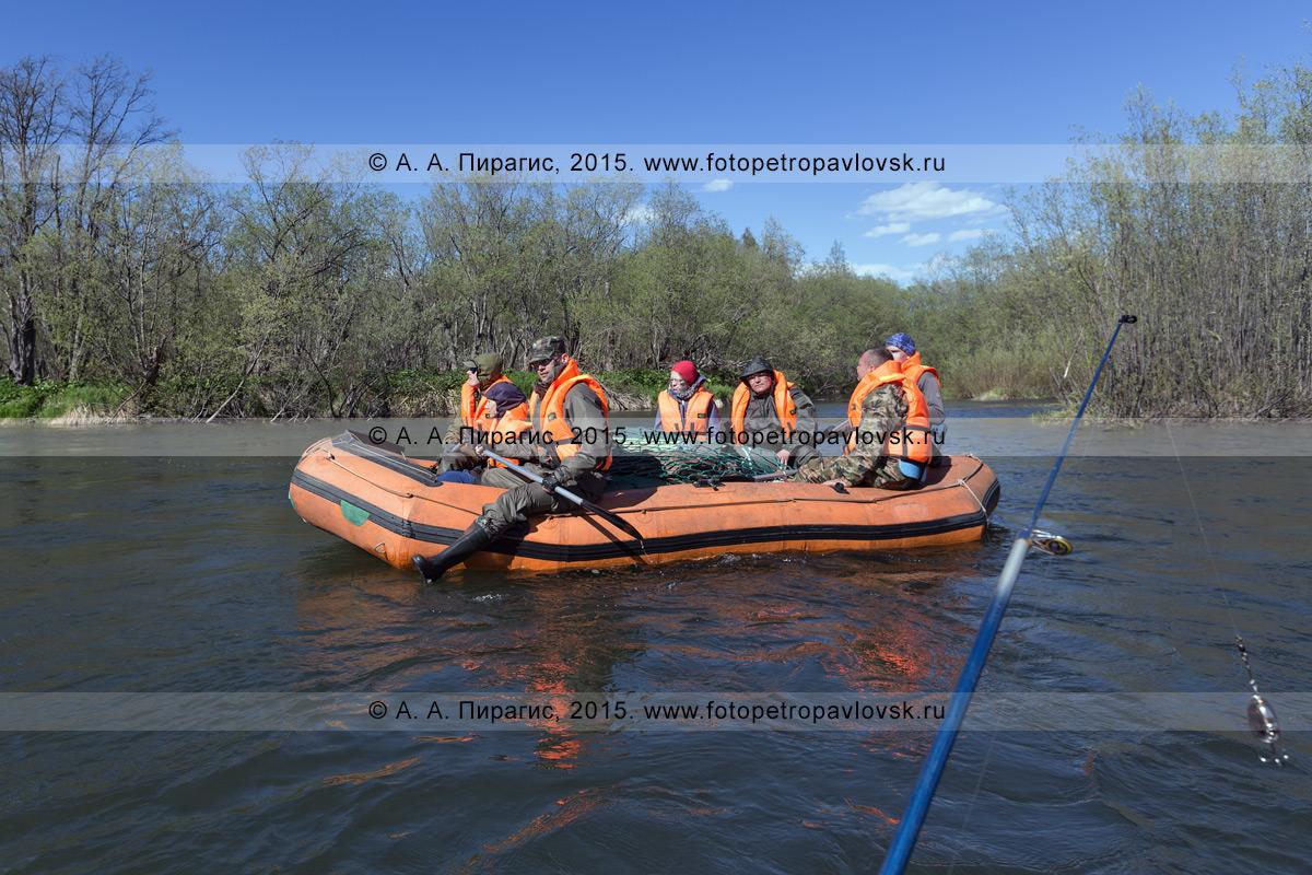 Фотография: туристы и путешественники сплавляются на рафте по реке Быстрой (Малкинская). Водный туризм на полуострове Камчатка