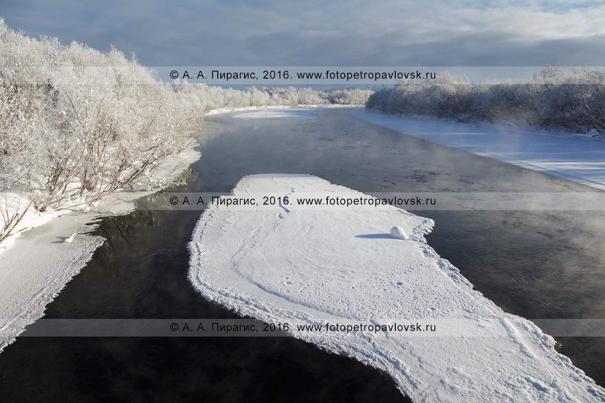 Фотография: река Камчатка, зимний вид на реку Камчатку с моста в окрестностях села Мильково. Камчатский край, Мильковский район