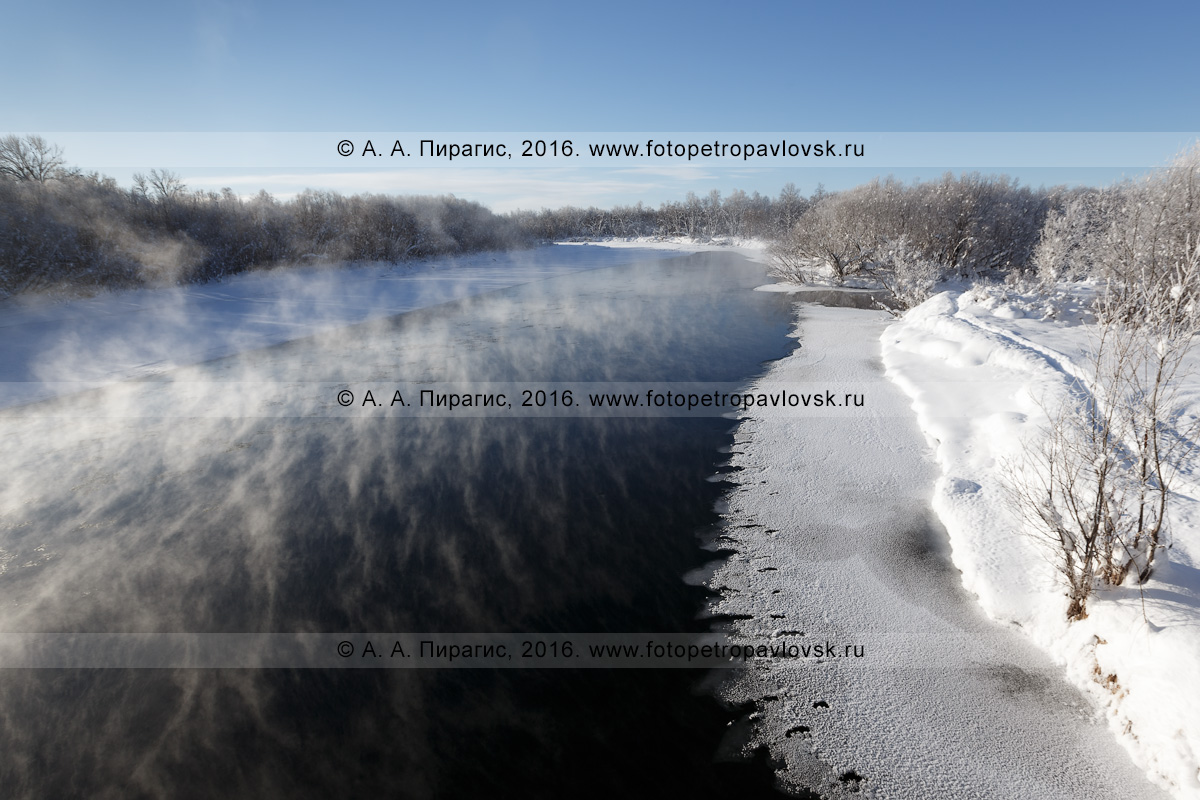 Фотография: зимний камчатский пейзаж — река Камчатка, вид на реку Камчатку в окрестностях села Мильково. Камчатский край, Мильковский район