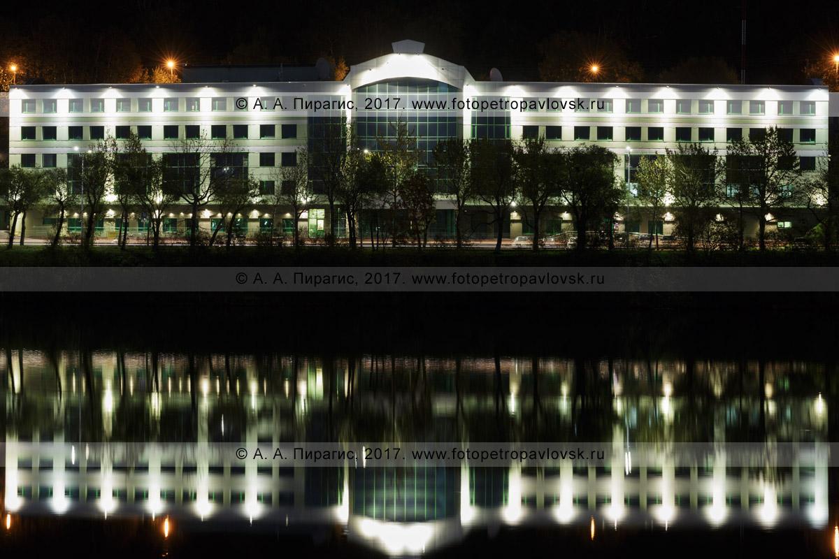 Фотография: город Петропавловск-Камчатский, Камчатское отделение Сберегательного банка России № 8556, ночная архитектурная подсветка фасада здания, отражение банка в озере