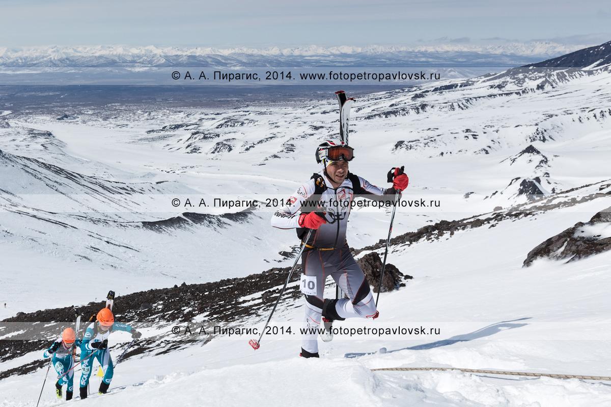 Фотография: камчатский ски-альпинист Алексей Загорский поднимается пешком (с лыжами, пристегнутыми к рюкзаку) на Авачинский вулкан на Камчатке. Соревнования по ски-альпинизму — индивидуальная гонка