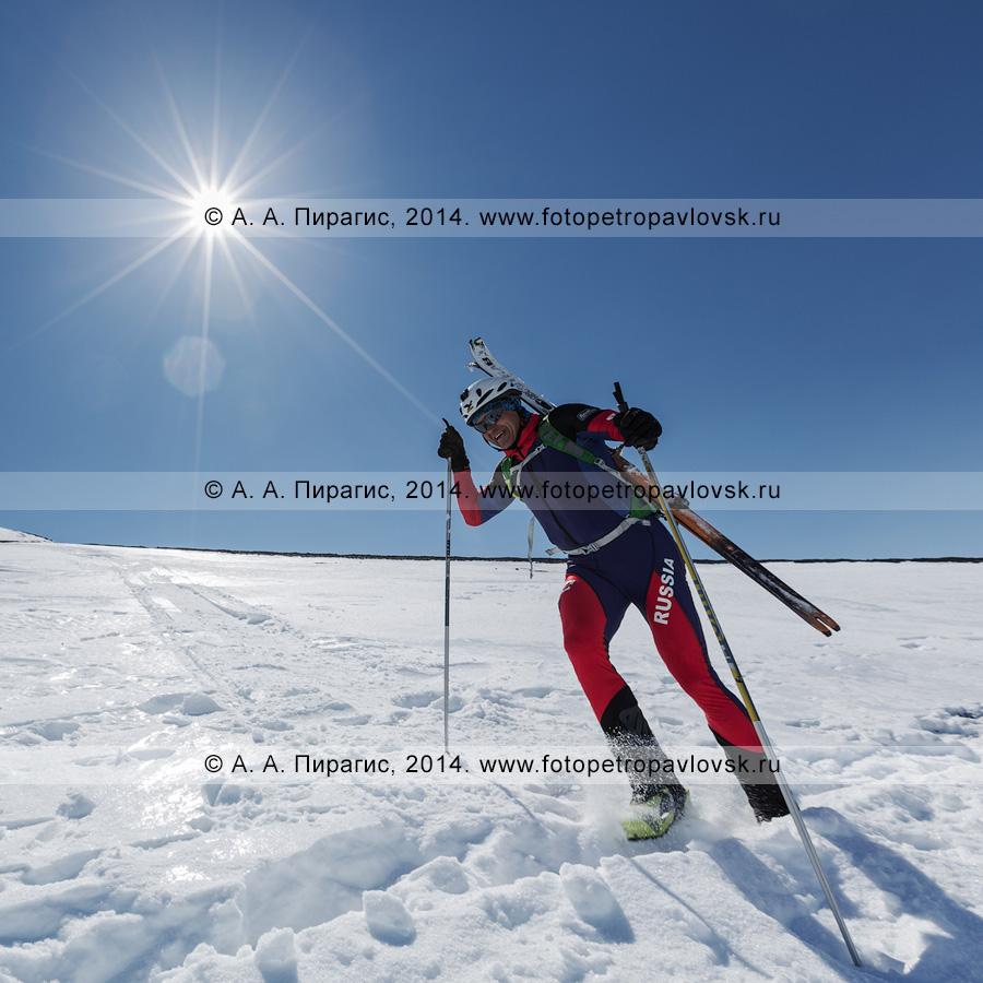 Фотография: ски-альпинист бежит (с лыжами, пристегнутыми к рюкзаку) по склону Авачинского вулкана. Соревнования по ски-альпинизму (индивидуальная гонка). Полуостров Камчатка