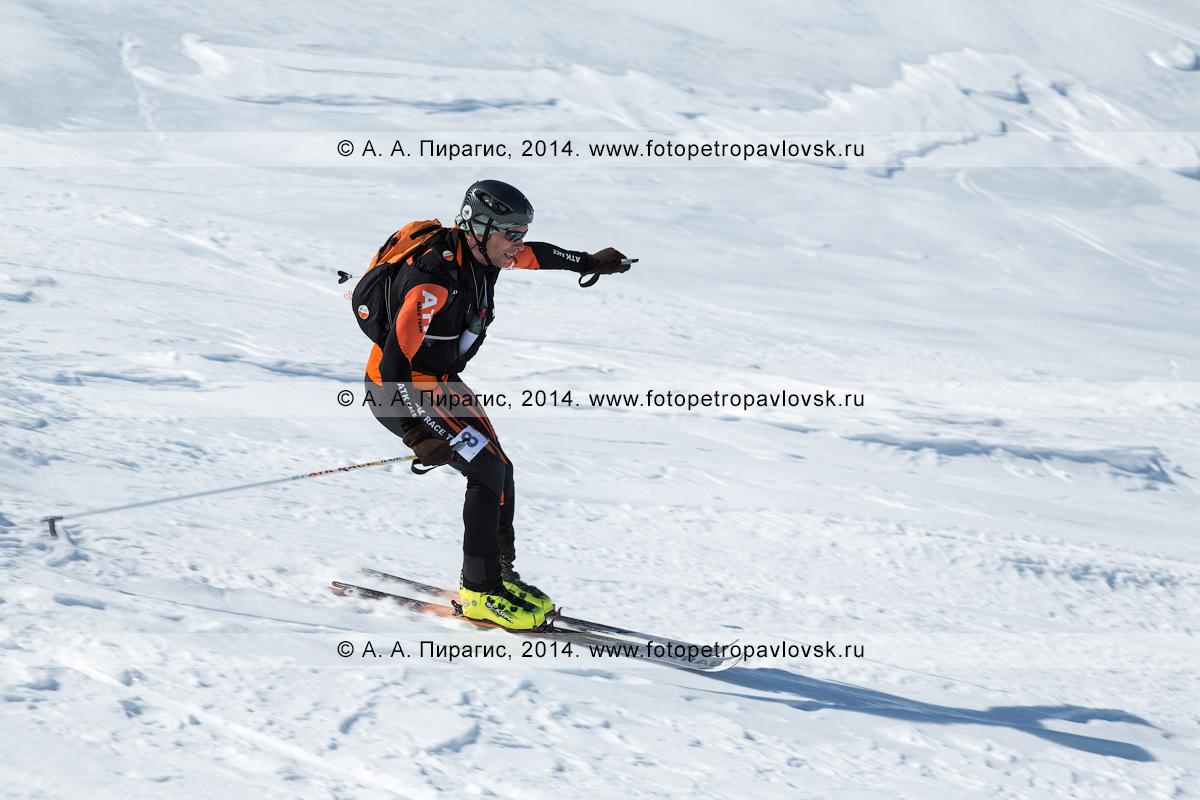 Фотография: ски-альпинист Когут Евгений спускается на лыжах с Авачинского вулкана. Соревнования по ски-альпинизму — индивидуальная гонка. Камчатский край