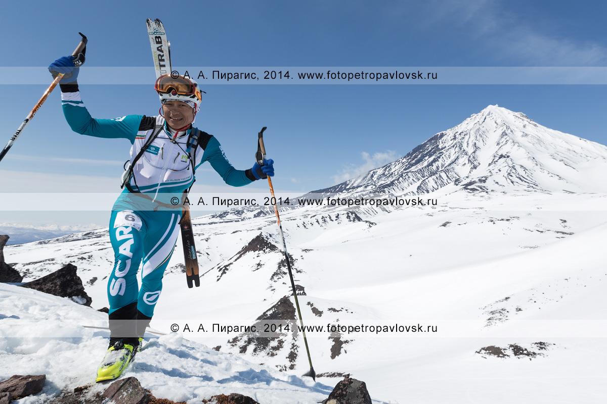 Фотография: японский ски-альпинист Tsuda Kei поднимается пешком (с лыжами, пристегнутыми к рюкзаку) на Авачинский вулкан на фоне Корякского вулкана на Камчатке. Соревнования по ски-альпинизму — индивидуальная гонка