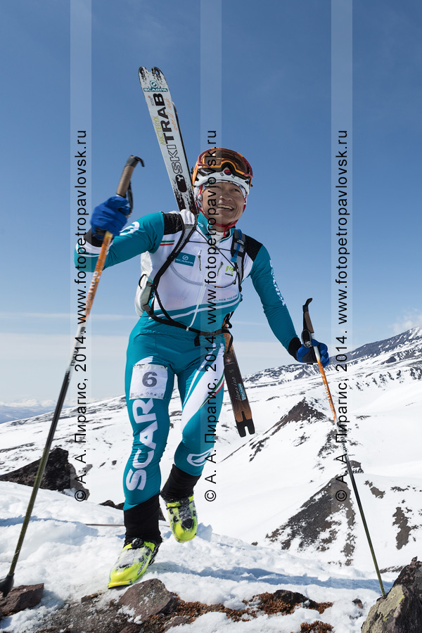 Фотография: ски-альпинист Tsuda Kei (Япония) поднимается пешком (с лыжами, пристегнутыми к рюкзаку) на вулкан Авачинская сопка на Камчатке. Соревнования по ски-альпинизму — индивидуальная гонка