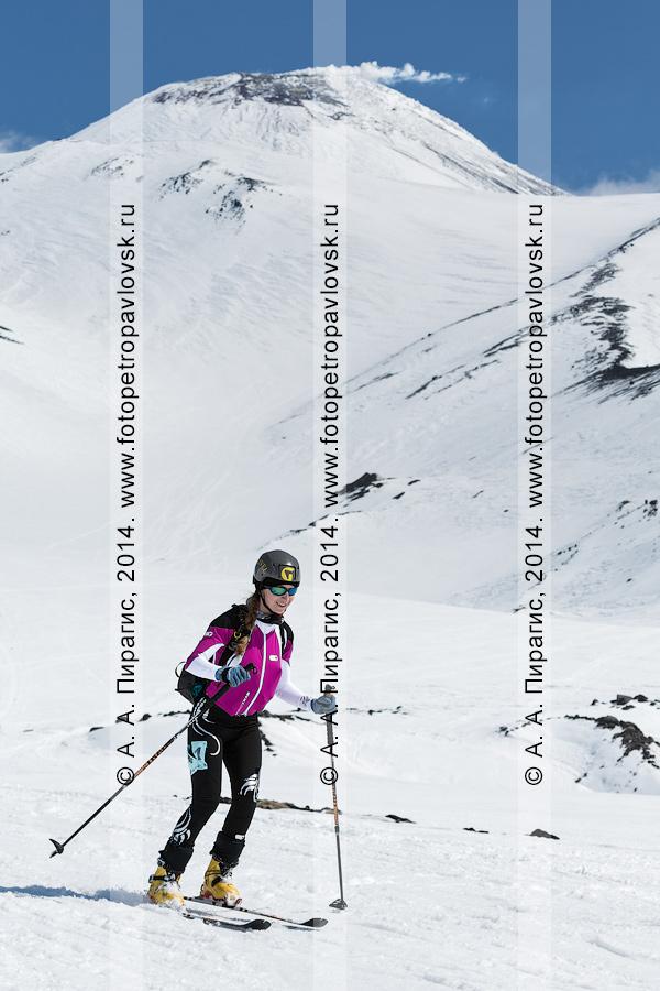 Фотография: камчатская ски-альпинистка Татьяна Сорвинкова съезжает на лыжах с Авачинского вулкана. Соревнования по ски-альпинизму — индивидуальная гонка. Камчатка