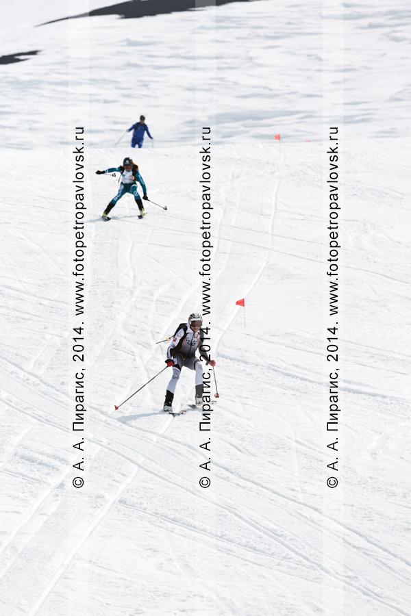 """Ски-альпинисты спускаются на лыжах с Авачинского вулкана. Ски-альпинизм — командная гонка. Чемпионат Азии по ски-альпинизму, чемпионат и первенство России по ски-альпинизму, международные соревнования ISMF series """"Kamchatka Race"""", чемпионат и первенство Камчатского края по ски-альпинизму"""