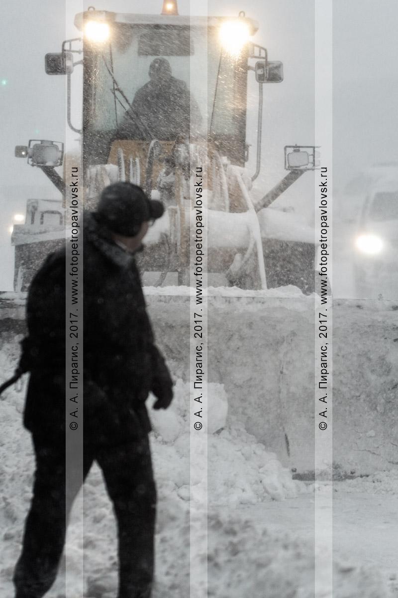 Фотография: Петропавловск-Камчатский во время пурги, дорожная снегоуборочная техника — колесный погрузчик расчищает от снега автодорогу