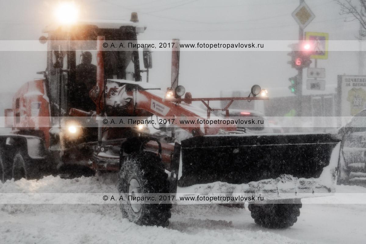 Фотография: дорожная снегоуборочная техника — грейдер расчищает автодорогу во время снежного циклона в городе Петропавловске-Камчатском
