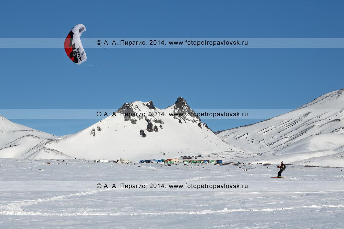 Фотография: сноукайтинг (зимний кайтинг, snowkiting) на фоне экструзии Верблюд на Авачинском перевале. Полуостров Камчатка